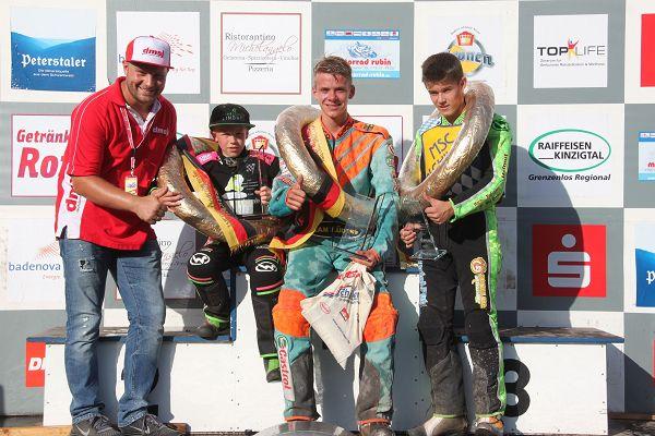 Titelgewinner unter sich: Rene Schäfer, seitens der DMSJ zuständig für die Bahnsport-Nachwuchsförderung, freut sich mit seinen Meistern Marlon Hegener (Junioren A), Niels Oliver Wessel (Junioren C) und Tim Wunderer (von links).
